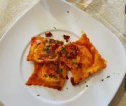 Ravioli con peperoni cruschi e baccalà