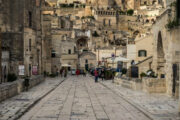 Strada lastricata nei Sassi a Matera