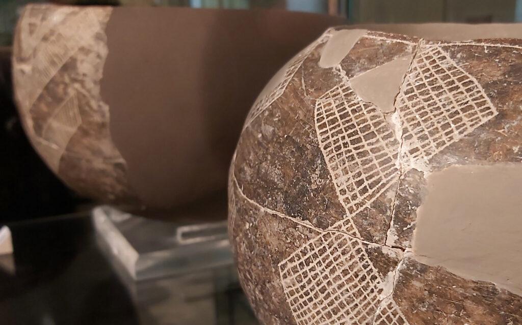 Vaso decorato con tecnica graffita esposto al Museo Ridola