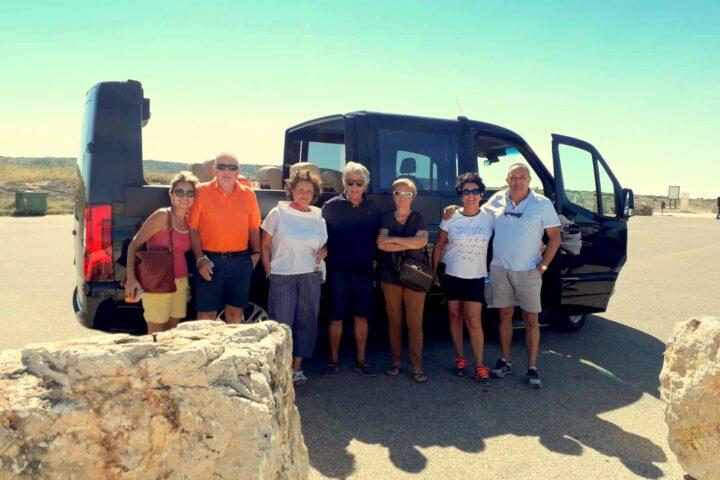 Gruppo di amici con il Minivan Open Top Luxury (NCC Matera)