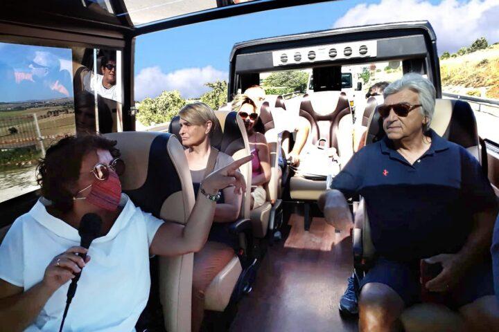 Accompagnatrice durante un transfer con il Minivan Open Top Luxury (NCC Matera)