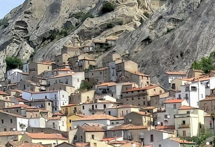 Foto panoramica di Pietrapertosa sulle Dolomiti Lucane